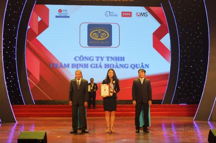 Bà Nguyễn Thị Kim Yến - Phó Phòng Kinh doanh đại diện nhận giải thưởng Top 10 thương hiệu hàng đầu Việt Nam